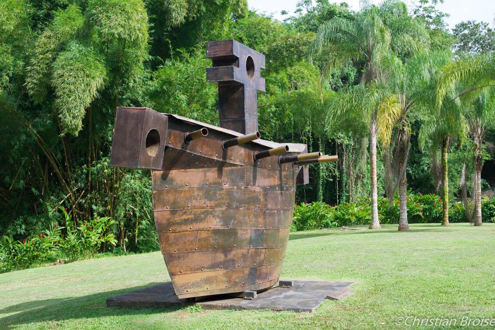 La vision du vaincu. Oeuvre de Victor Anicet exposée dans les jardins de l'Habitation Saint-Etienne, Martinique. Crédits photographiques ©Christian Broise