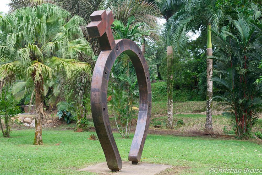 Le fer et la croix. Oeuvre de Victor Anicet exposée dans les jardins de l'Habitation Saint-Etienne, Martinique. Crédits photographiques ©Christian Broise